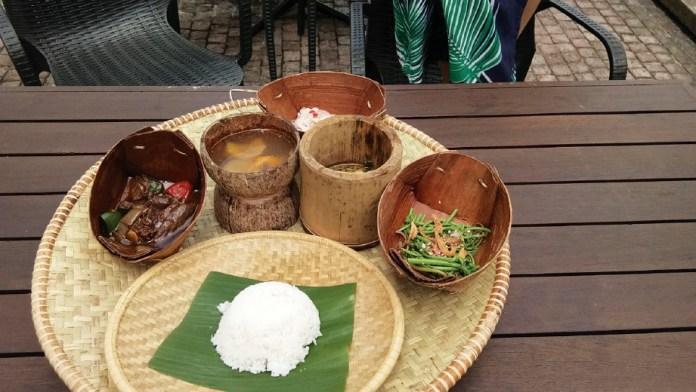 MENARIK sajian tradisi dalam set di Restoran Budaya Sarawak. FOTO Ihsan Kumpulan Media STB