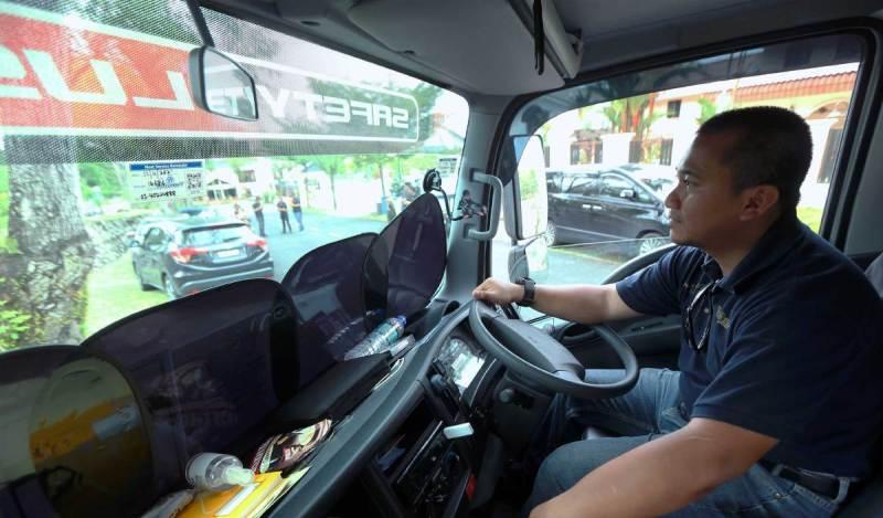 IZZAT tidak kekok bertugas sebagai pemandu lori. FOTO Rohanis Shukri