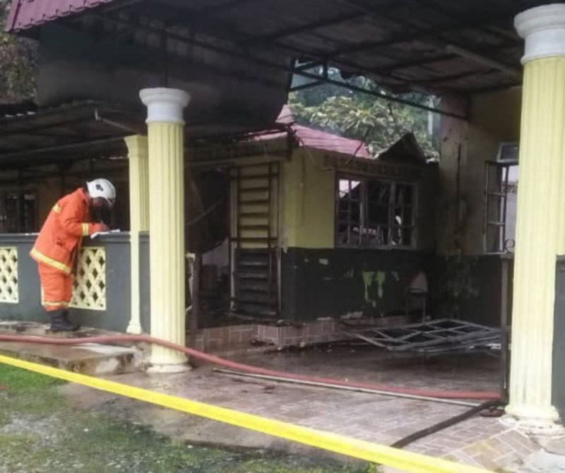 Kebakaran di sebuah rumah di Kampung Kampung Charok Kemuning Dalam, di sini,awal pagi tadi. Foto/Ihsan Pembaca