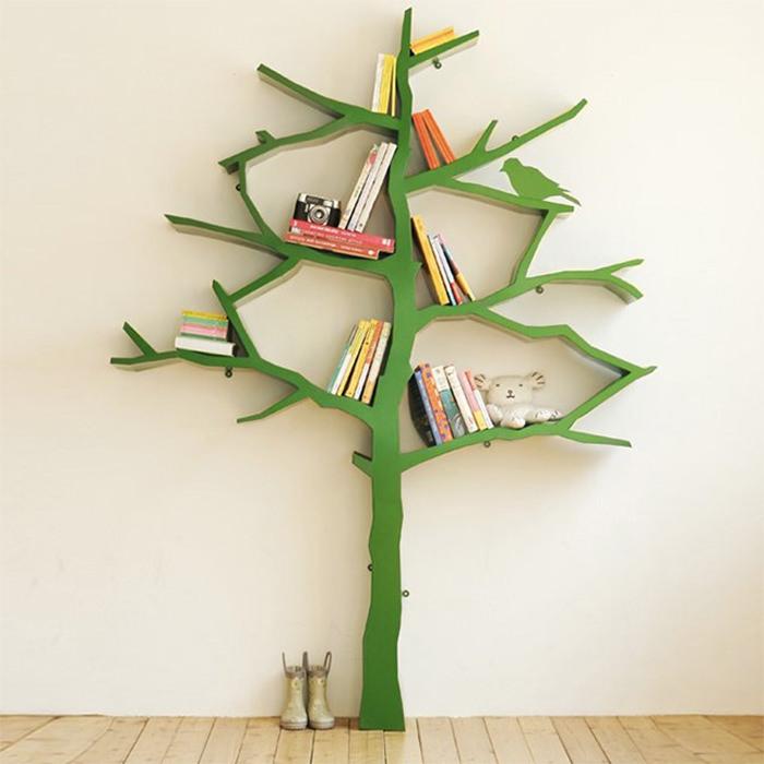 книжный шкаф на дереве