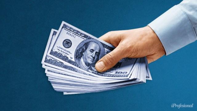Los minoristas demandan billetes pero también los venden con el fin de hacer una ganancia en pesos