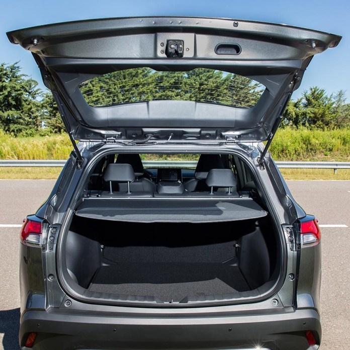 Toyota Corolla Cross, con amplio baúl.
