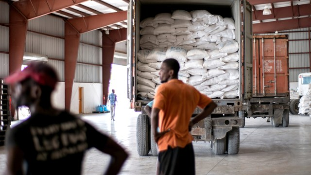 WFP has delivered more than 22 containers of rice, beans, and oil to Gonaïves, after a brief delay due to gang activity around the port – an obstacle that impacts humanitarian work in Haiti.