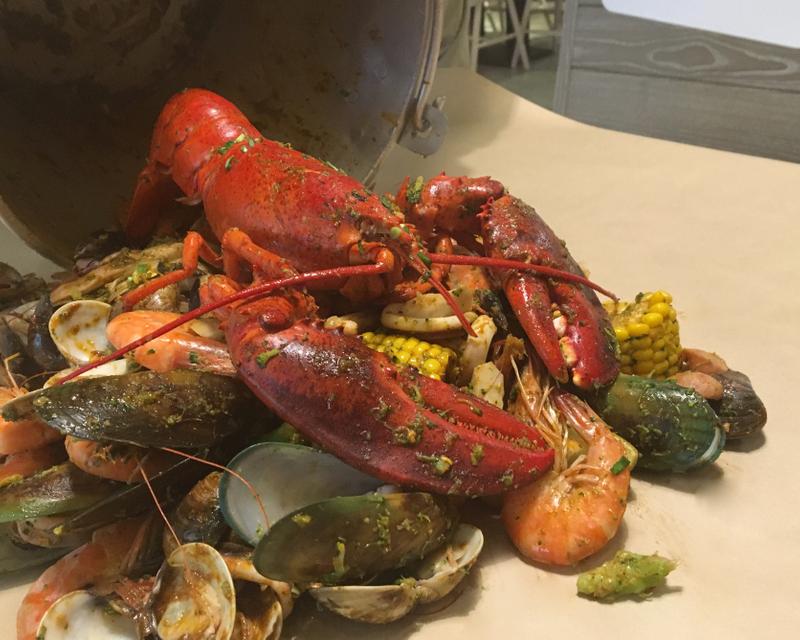 正港「Seafood」在桃園!波士頓龍蝦「霸氣倒上桌」滿滿一桶超奢侈 網友說:直接吃到怕! - JUKSY 街星