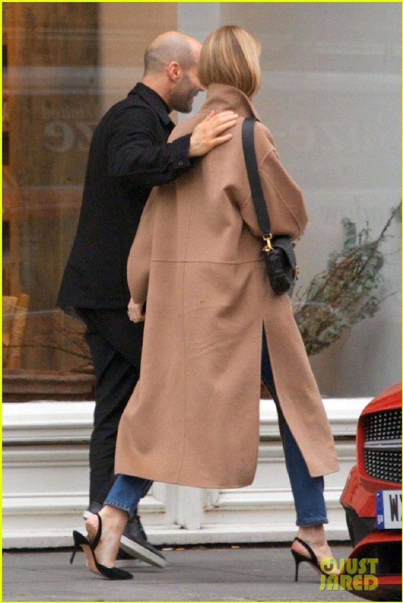 傑森史塔森摟著超模女友甜蜜逛街 網友笑「她像是被挾持的人質一樣」! - JUKSY 街星