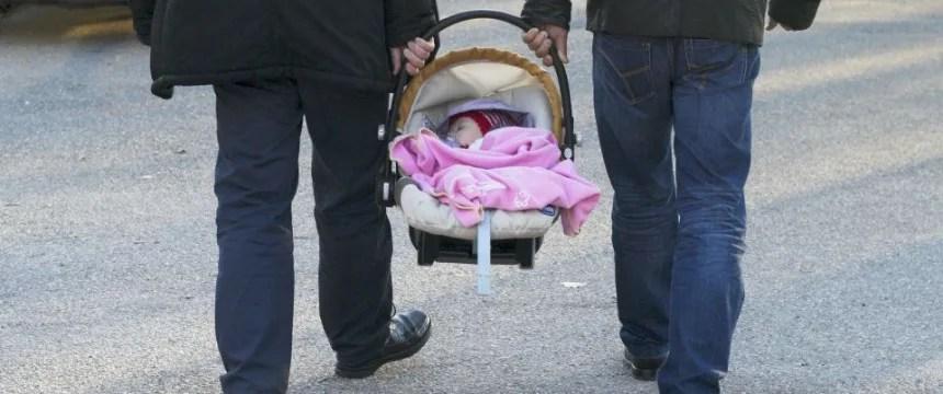 Zwei Männer mit Baby: Die SPD will homosexuellen Paaren ein Adoptionsrecht einräumen Foto: picture alliance/dpa