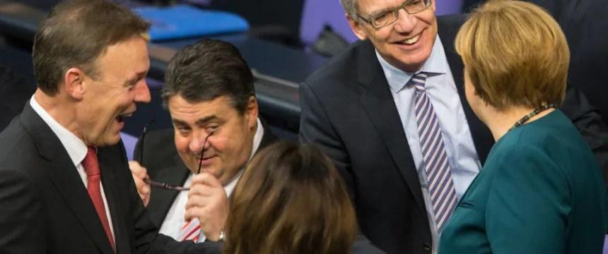 Bundeskanzlerin Angela Merkel begrüßt Thomas de Maiziere (CDU) sowie die SPD-Politiker Sigmar Gabriel und Thomas Oppermann: Einblicke in einen Abgrund an Heuchelei und Doppelmoral Foto: picture alliance / dpa