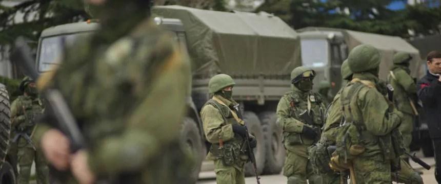 Uniformierte Bewaffnete blockieren eine ukrainische Militärbasis in Balaklawa: Es handelt sich vermutlich um russische Soldaten bzw. pro-russische Milizen Foto: picture alliance/dpa