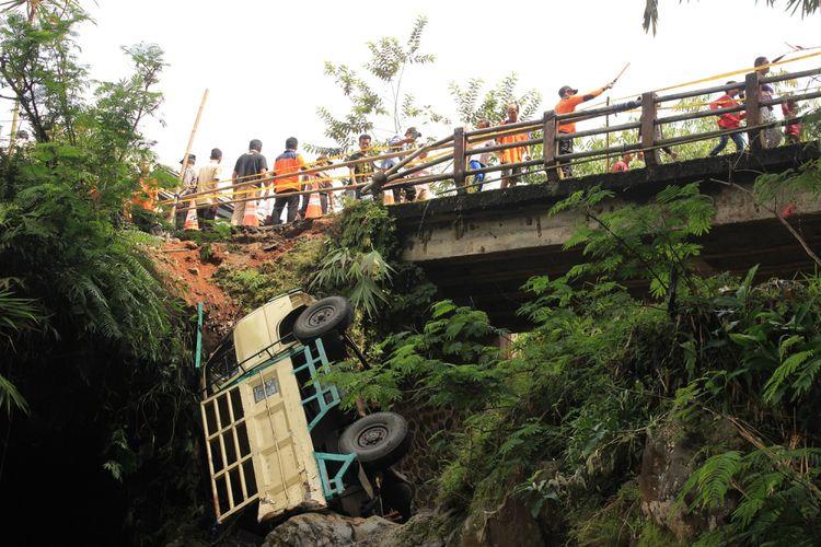 gambar truk terjun ke jembatan