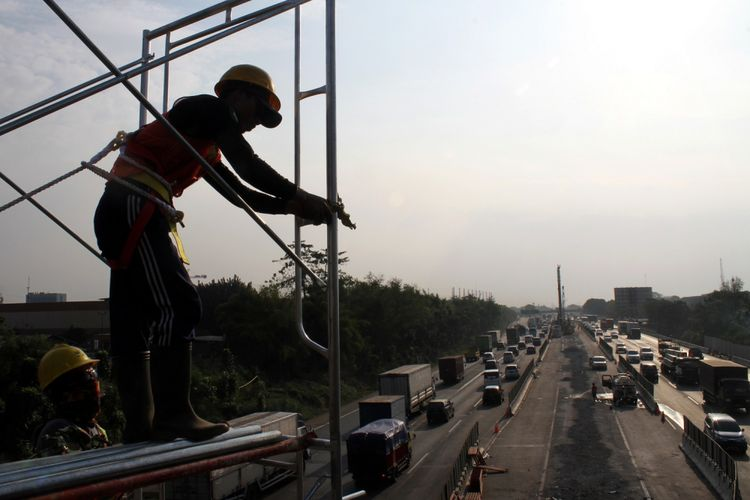 Pekerja menyelesaikan pembangunan Jalan Tol layang Jakarta-Cikampek II, di ruas Jalan Tol Jakarta-Cikampek, Cibitung, Kabupaten Bekasi, Jawa Barat, Senin (17/7/2017). Pembangunan jalan tol layang sepanjang 36 kilometer yang akan membentang dari Cikunir hingga Karawang Barat tersebut ditargetkan selesai pada 2019.