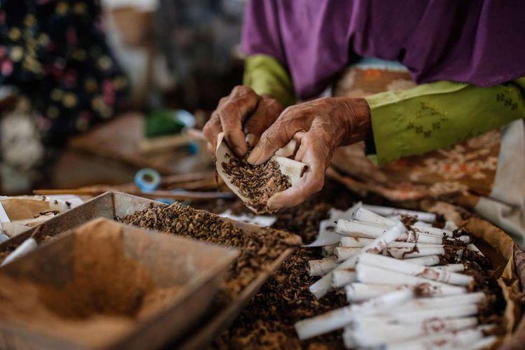Pekerja menyelesaikan pembuatan rokok sintren di Perusahaan Rokok Klembak Menyan di Gombong, Kebumen, Jawa Tengah, Sabtu (21/10/2017). Distribusi rokok sintren meliputi daerah Kebumen, Kroya, Purwokerto dan Gombong, yang satu bungkusnya dijual seharga Rp 2100 dengan isi 10 batang.