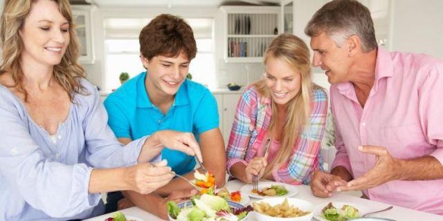 Image result for makan bareng keluarga