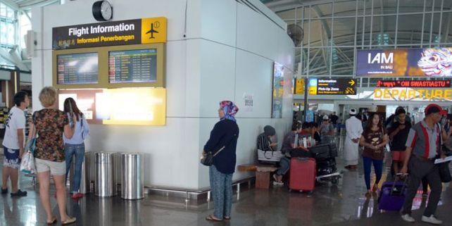 Terminal keberangkatan internasional Bandara Ngurah Rai, Tuban, Bali, Minggu (26/11/2017). Sebanyak 28 jadwal penerbangan internasional dari dan menuju Bali dibatalkan karena dampak letusan Gunung Agung yang terjadi sejak Sabtu (25/11/2017).