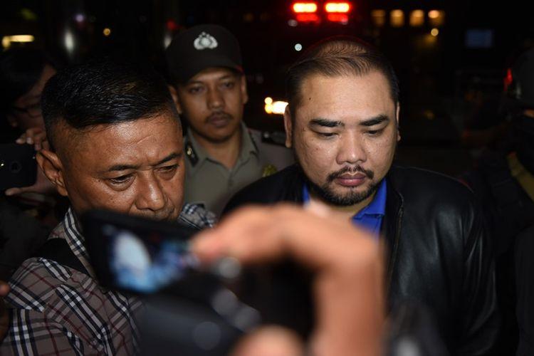 Pengusaha Philip (kanan) tiba di gedung KPK untuk menjalani pemeriksaan di Jakarta, Minggu (17/9) dini hari. KPK mengamankan tiga orang dalam operasi tangkap tangan terkait dugaan suap yaitu Wali Kota Batu Eddy Rumpoko, Kepala Bagian Layanan dan Pengadaan Pemkot Batu Edi Setiawan dan pengusaha Philip.