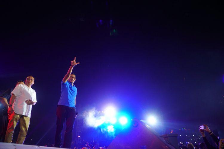 Wakil Gubernur DKI Jakarta Sandiaga Uno menyapa para penonton di panggung utama pantai Carnaval Ancol, Senin (1/1/2018). Sandiaga hadir untuk merayakan pergantian tahun bersama pengunjung Ancol.
