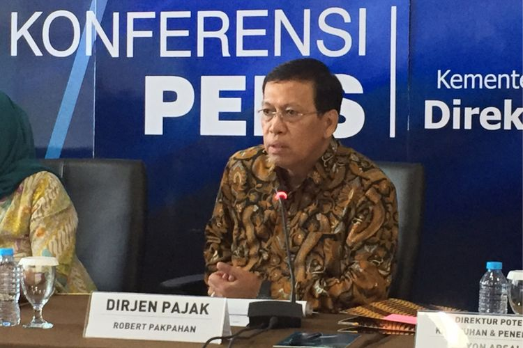 Direktur Jenderal Pajak Kementerian Keuangan Robert Pakpahan bersama jajarannya memaparkan capaian kinerja Direktorat Jenderal Pajak sepanjang tahun 2017 dan rencana kerja untuk tahun 2018 di kantor pusat DJP, Jakarta Pusat, Jumat (5/1/2018).