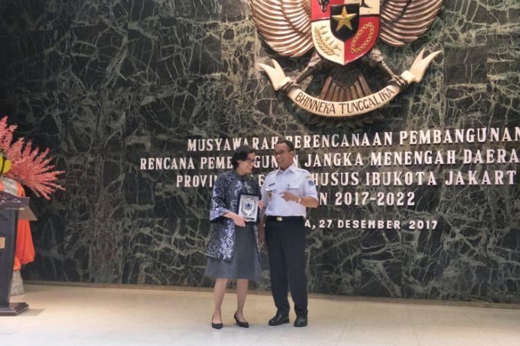 Menteri Keuangan Republik Indonesia, Sri Mulyani dan Gubernur DKI Jakarta Anies Baswedan di Balai Kota DKI Jakarta, Rabu (27/12/2017).