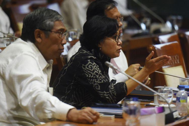 Menteri Keuangan Sri Mulyani (kanan) didampingi Wakil Menteri Keuangan Mardiasmo (kiri) menyampaikan pendapatnya dalam rapat kerja dengan Komisi XI DPR di Kompleks Parlemen, Senayan, Jakarta, Senin (4/9). Rapat itu membahas utang pemerintah.