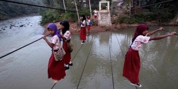 Murid SDN Cicaringin 3, Kecamatan Gunung Kencana, Lebak, Banten Meniti Kawat Baja