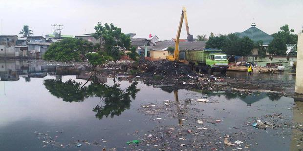 Tumpukan Sampah Sumbat waduk Pluit