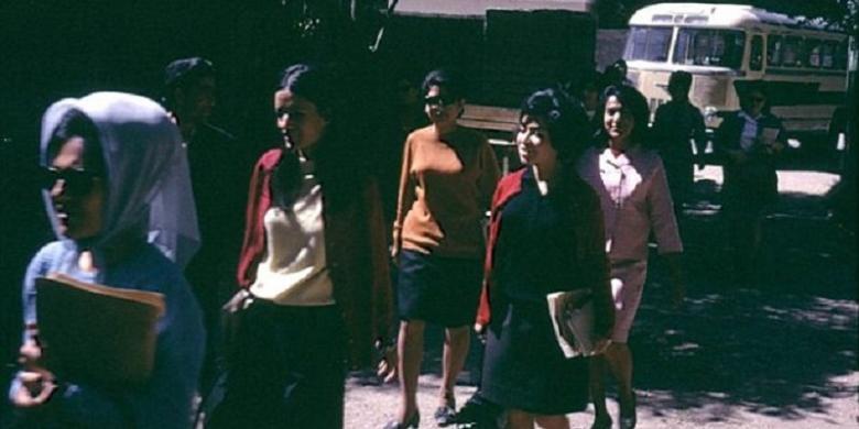 Foto ini menunjukkan sejumlah perempuan Afganistan memasuki universtas pada tahun 1967