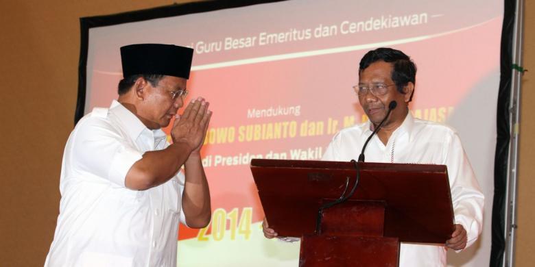Prabowo Subianto memberikan penghormatan kepada mantan Ketua MK Mahfud MD (kanan) saat menghadiri acara dukungan dari guru, guru besar, dan cendekiawan, di Jakarta, Selasa (27/5/2014)