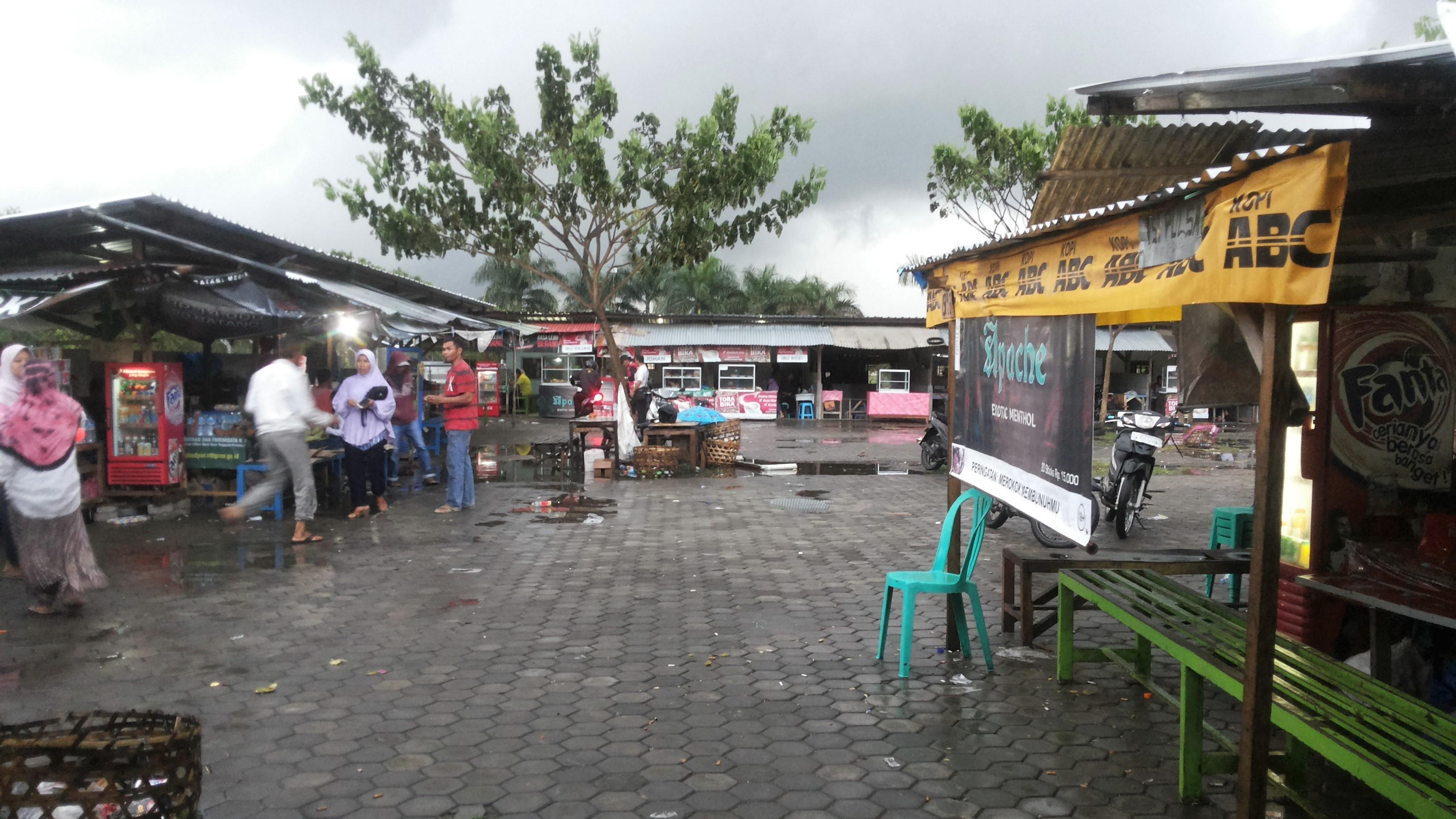 Beragam kios di pasar yang terletak di sekitar Bandara.  Sumber gambar: koleksi pribadi