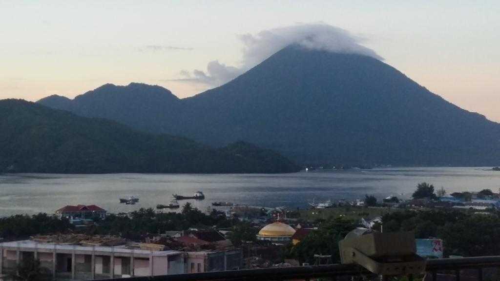 Tidore terlihat dari Ternate (foto: Kamaruddin Azis)