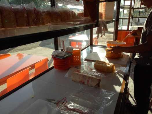 Roti sele Samahani telah dibungkus dengan kertas pembungkus khusus. (koleksi pribadi)