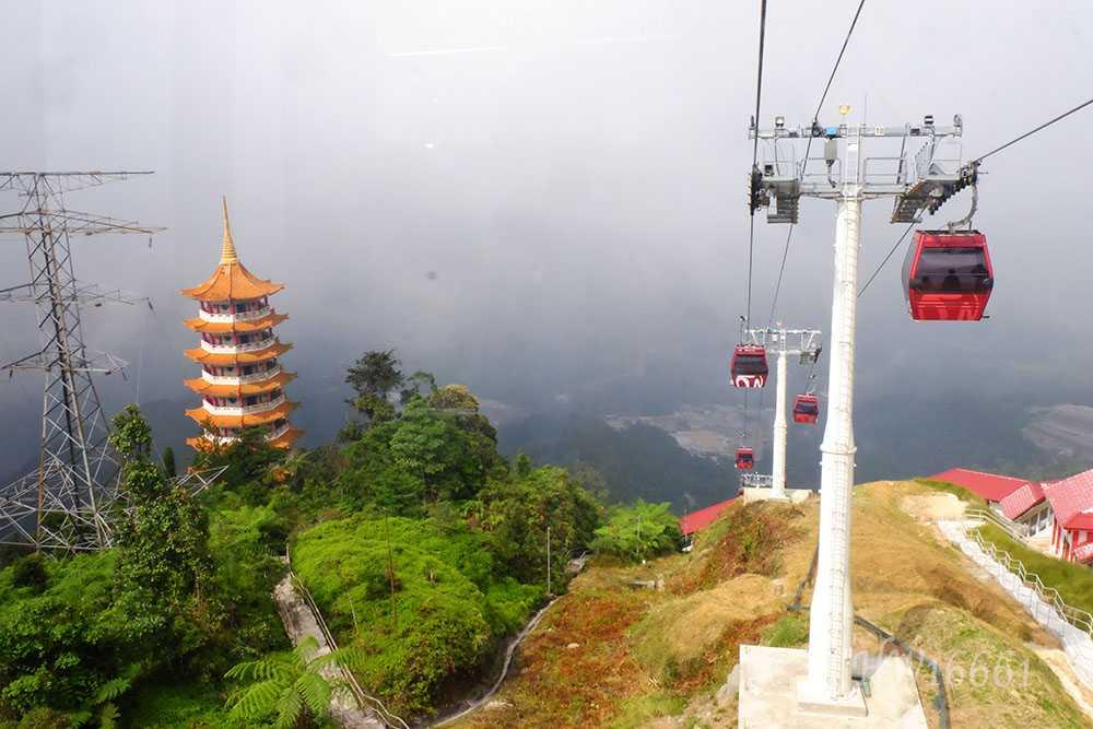 Chin Swee Temple (kiri) di Genting dilihat dari gondola. (Dok. Pribadi)