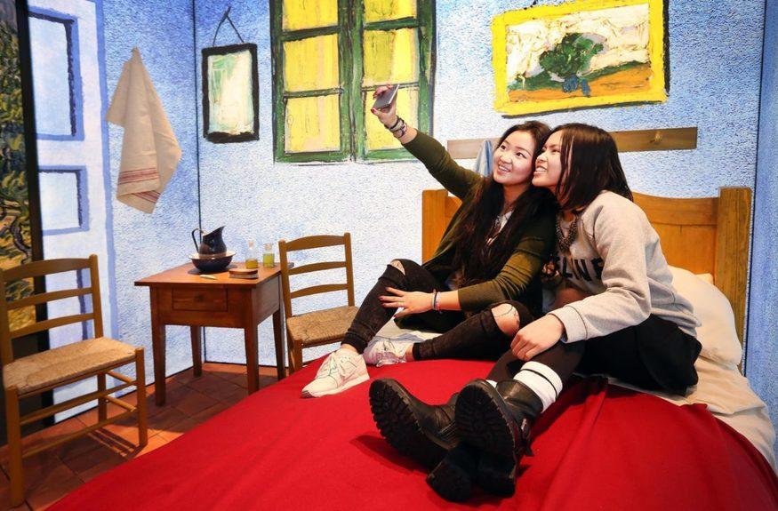Un selfie dans la chambre de Van Gogh à Arles
