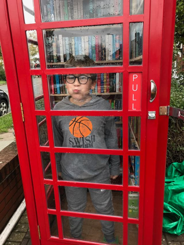 Bambino in una cabina telefonica
