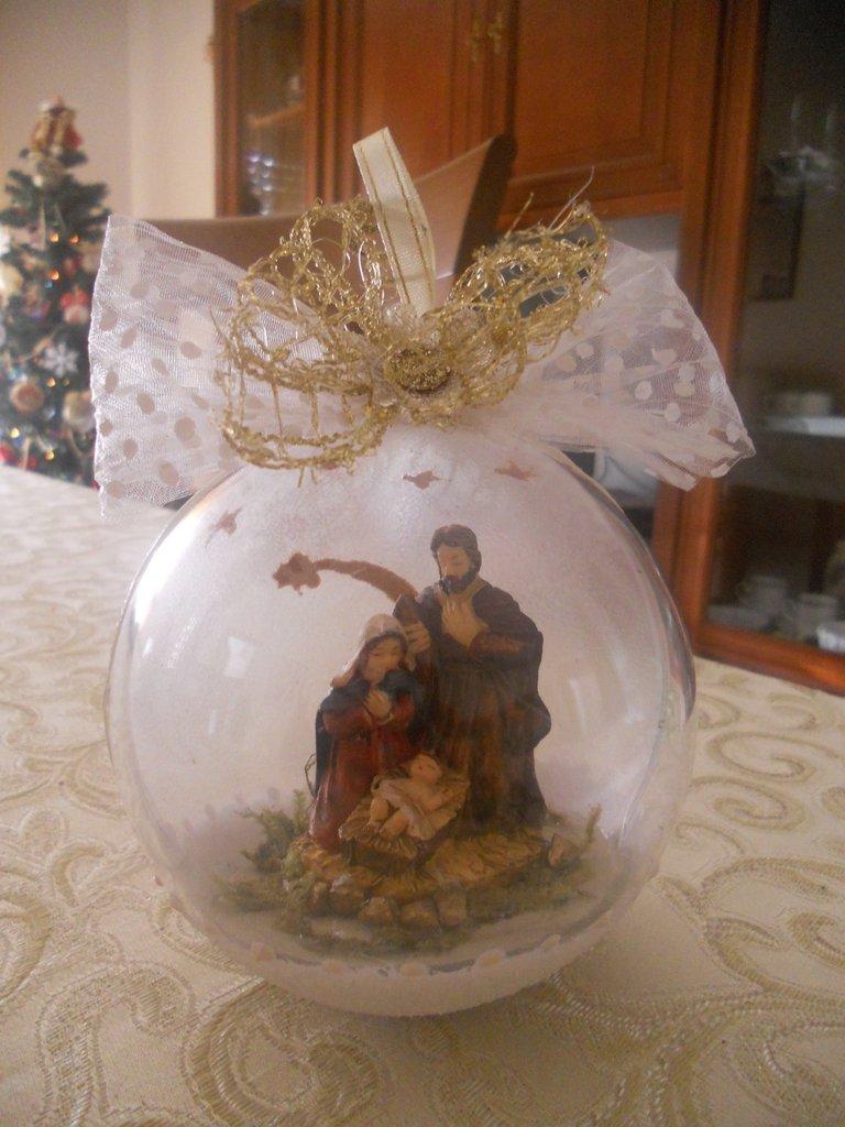 Palla di Natale con presepe allinterno  Feste  Natale