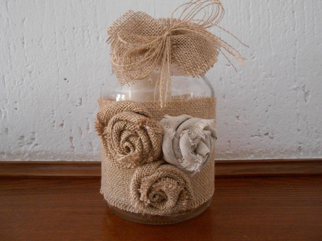 Barattolo in vetro porta candela con rose e fiocco in tela