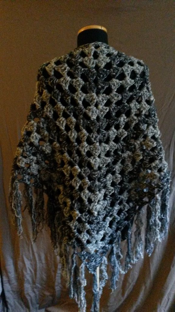Scialle grigio di lana realizzato alluncinetto  Donna