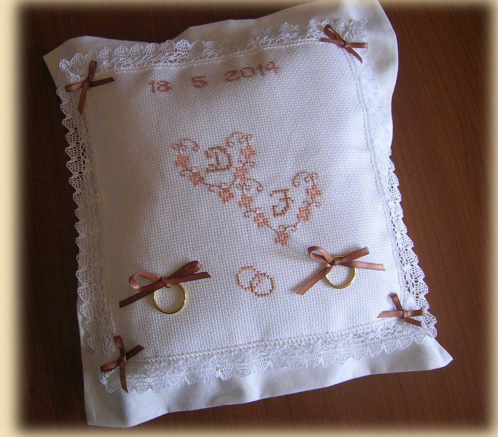Cuscino portafedi ricamato a punto croce con iniziali e