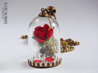 Collana lunga La bella e la bestia con campana di vetro e rosa ro  su MissHobby