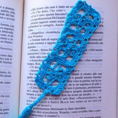 Segnalibro stile filet con mattonelle con fiori azzurri e