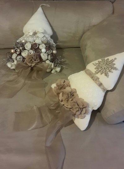 Albero di natale rivestito con preziosi fiori in tessuto e