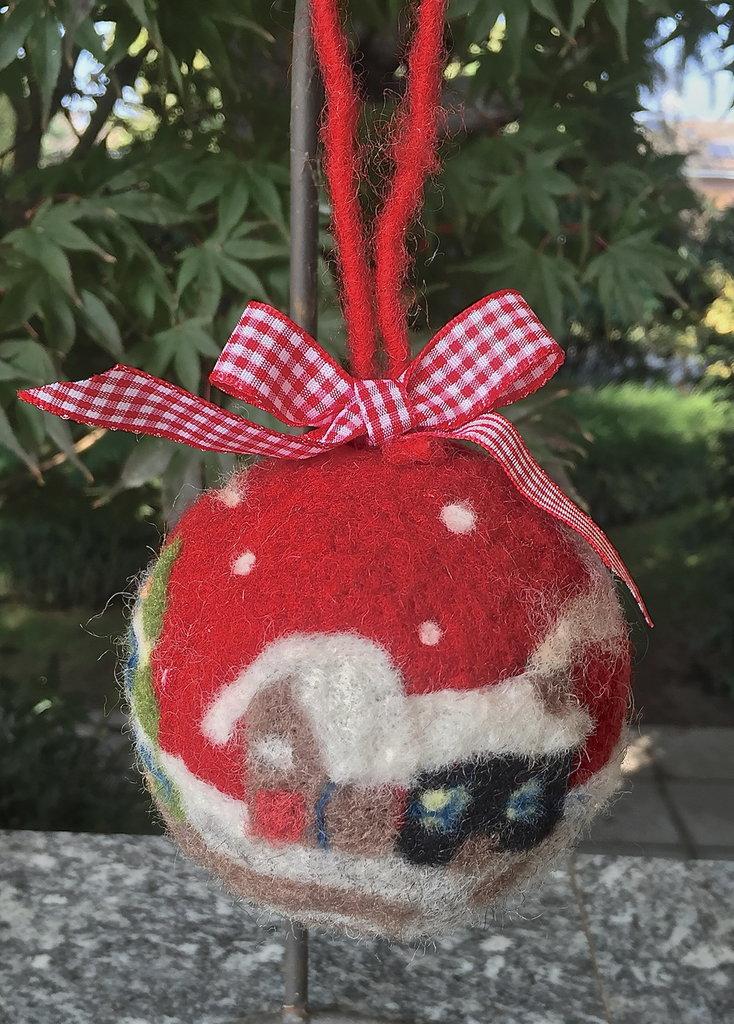 Natale  pallina di Natale con paesaggio in lana cardata