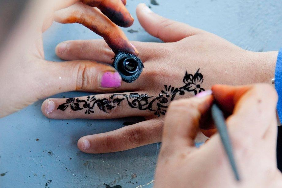 Dangers of black henna - NHS.UK