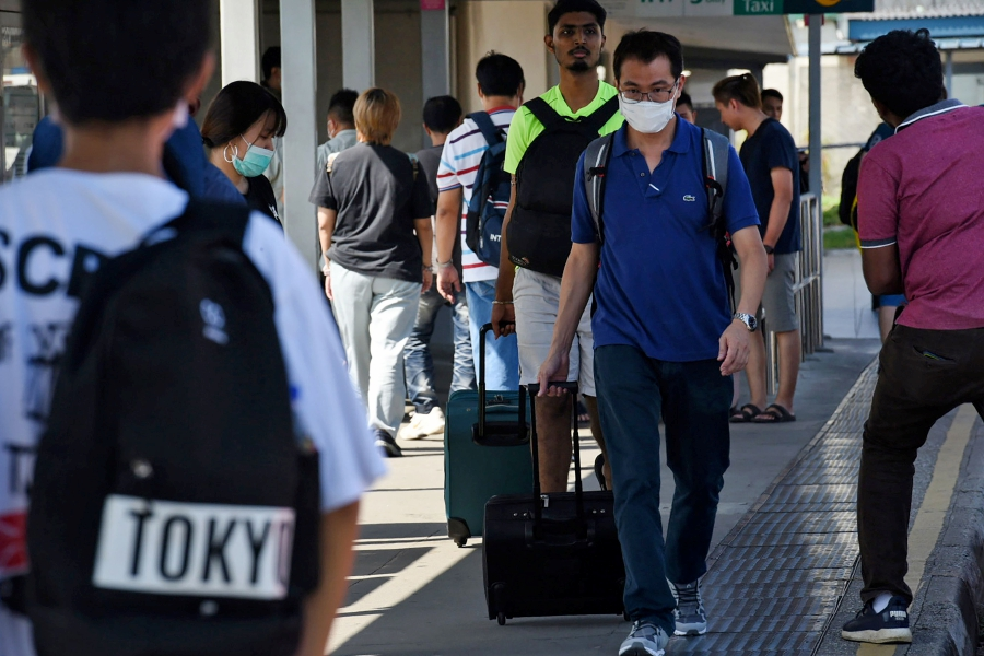Bags packed, Malaysians stream into Singapore ahead of RMO | New ...