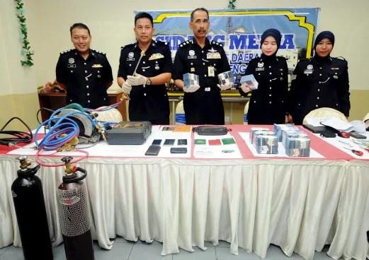 Cảnh sát Malaysia thu giữ RM11,000 tiền mặt, các biên lai gửi tiền và nhiều tang vật của 3 nghi phạm người Việt liên quan vụ trộm cắp thiêt hại RM500,000 (Nguồn: Nst Online)