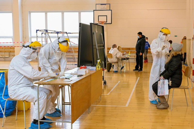 Polnisches Gesundheitspersonal hilft bei Massentestungen in der Slovakei.