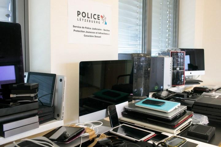 Les policiers passeront plusieurs mois à passer en détail le contenu du matériel informatique saisi lors des perquisitions. (Photo: Matic Zorman)