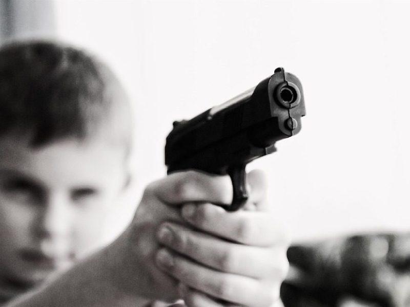 États-Unis: Un garçon de trois ans tue sa sœur d'un an avec une arme oubliée