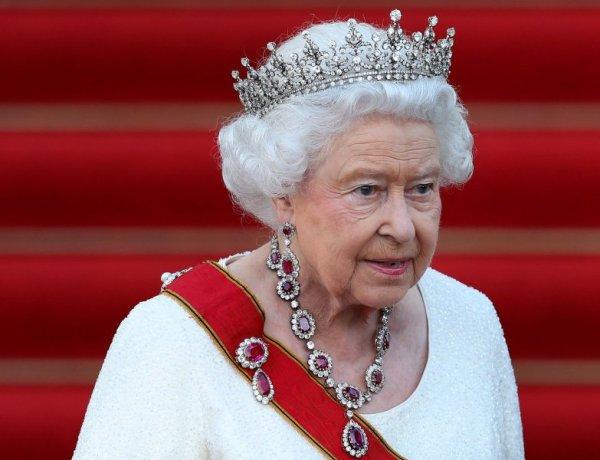 Pourquoi la Reine Elizabeth II refuse de se faire opérer malgré l'avis des médecins ?