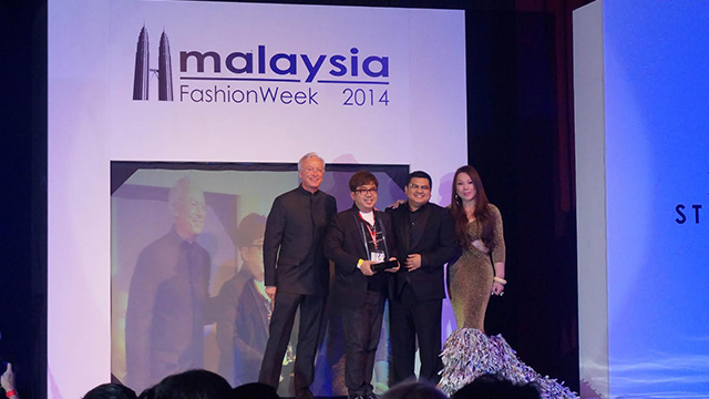 MOST CONNECTED DESIGNER. Filipino Fashion Designer Albert Andrada (2nd from L) is named Asia's Most Connected Designer at the Mercedes Benz Stylo Asia Fashion Week in Kuala Lumpur. The award was presented by Mercedes Benz Malaysia CEO Roland Folger (L), Bloomberg TV Malaysia CEO Michael Chan, and Stylo founder Datuk Nancy Yeoh. All photos by Carol Ramoran