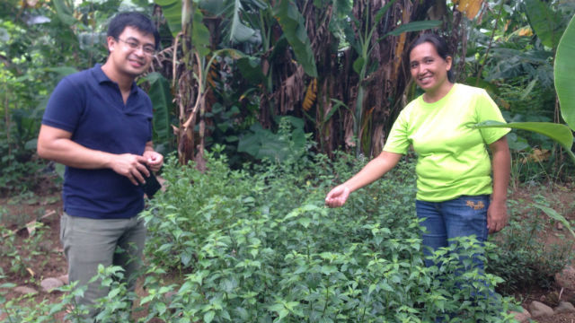 TAKING STOCK. Jamir and Jennylyn show what Jennylyn is growing in her garden these days. Photo by Dindin Reyes