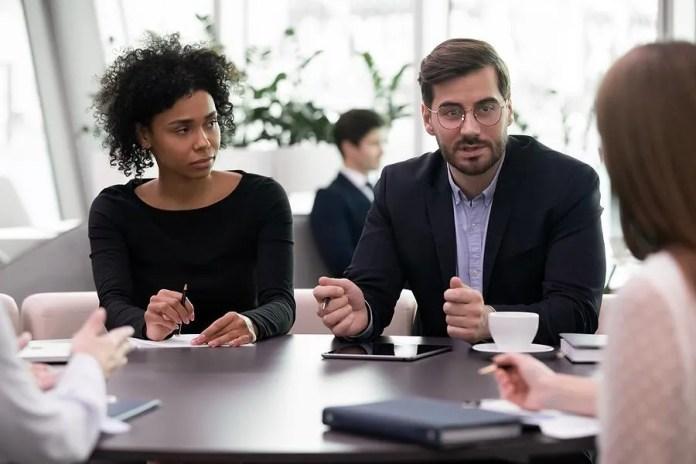 मीटिंग के दौरान महिलाएं अपने बुरे बॉस की सुनती हैं